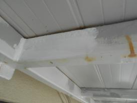 階段下塗装作業の様子