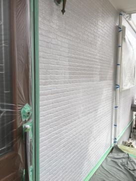 外壁下塗り作業の様子