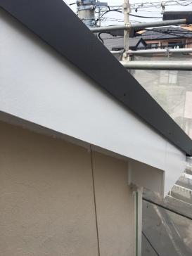 破風板塗装作業の様子