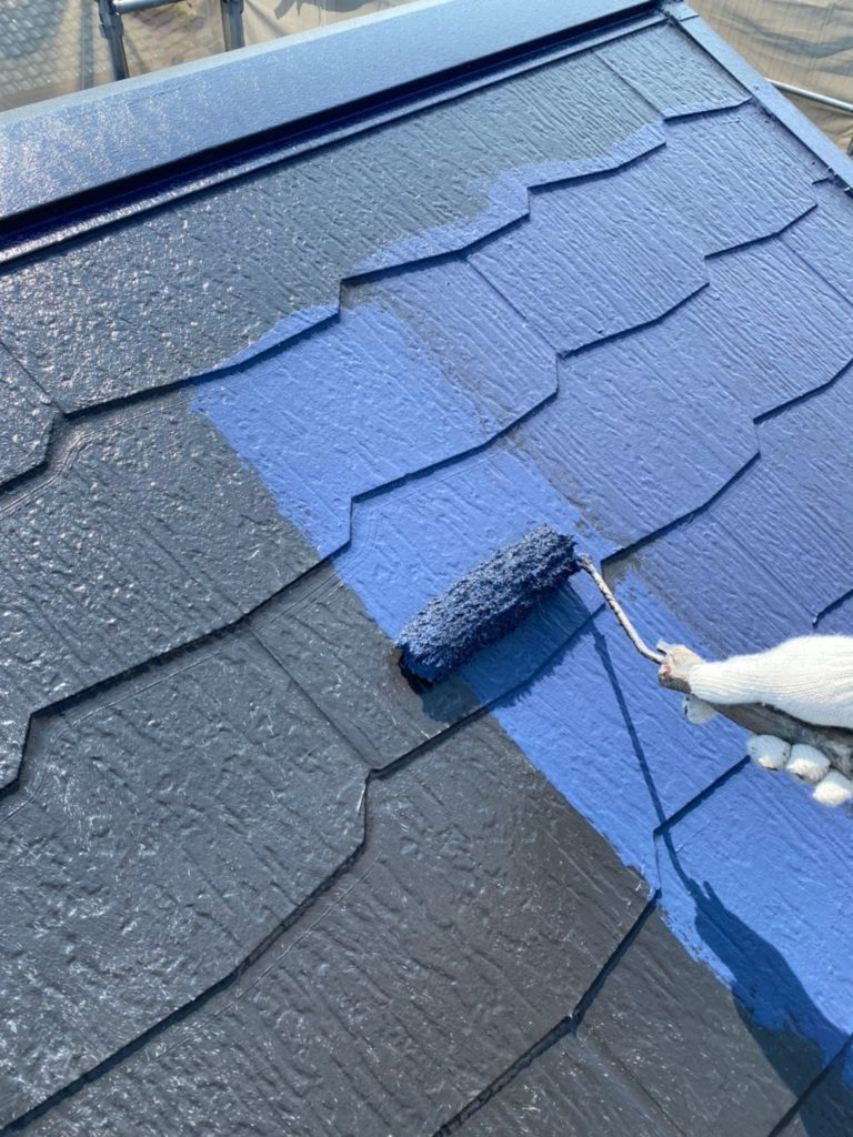 屋根塗装 上塗り作業の様子