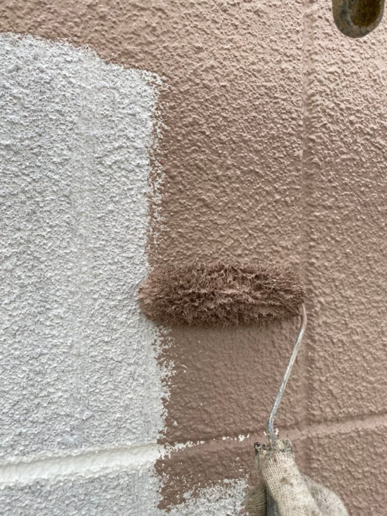 外壁塗装 中塗り作業の様子