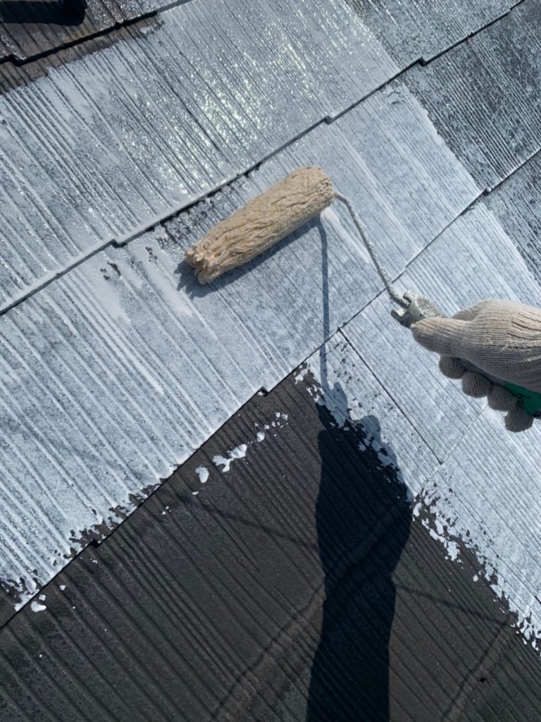 屋根塗装 下塗り作業の様子