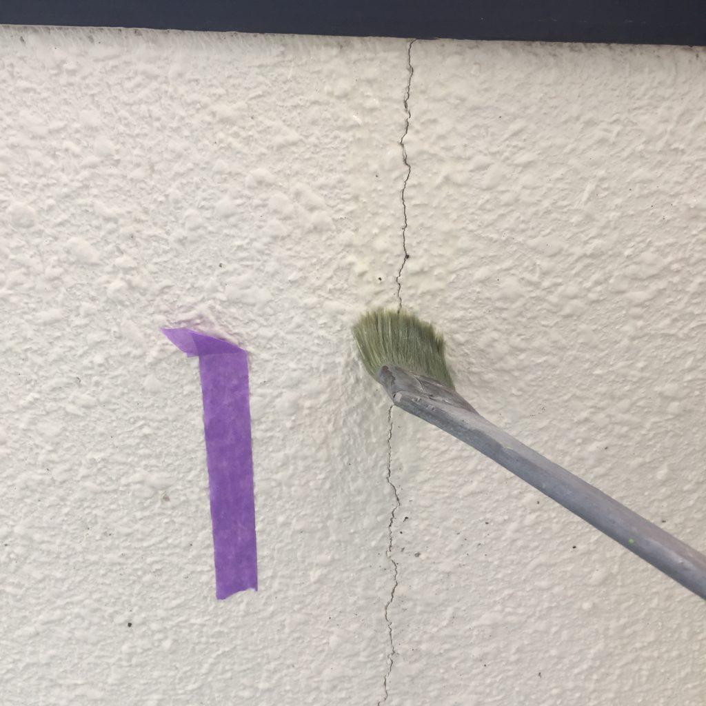 外壁ひび割れ<br>専用プライマー塗布作業の様子