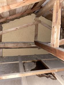 天井に水溜まりが見受けられました。